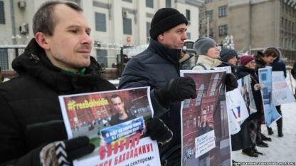 Акція на підтримку російського опозиціонера Дениса Бахолдіна в Києві – фото Сергія Нужненко